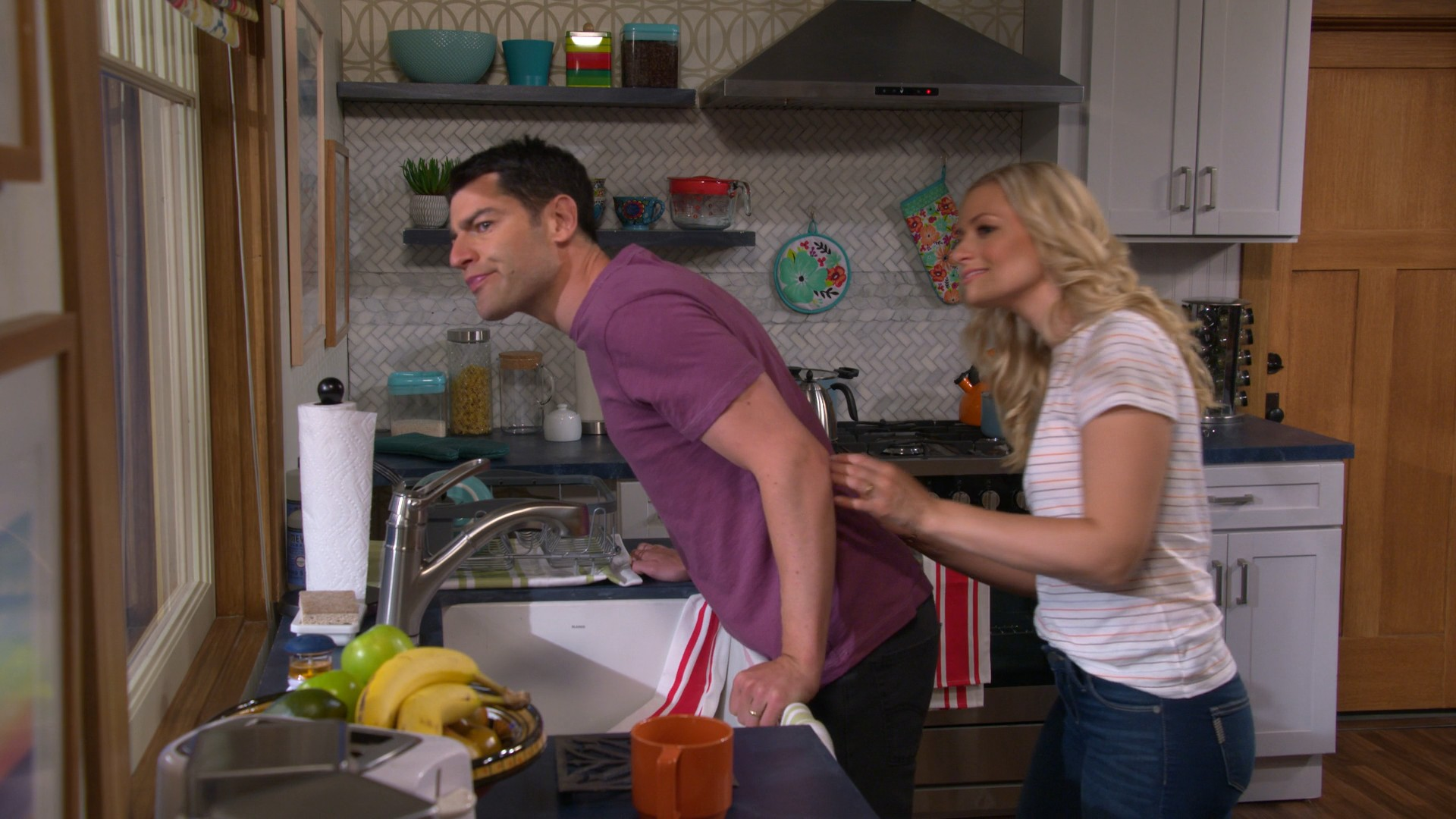 Beth Behrs- The Neighborhood S02E03